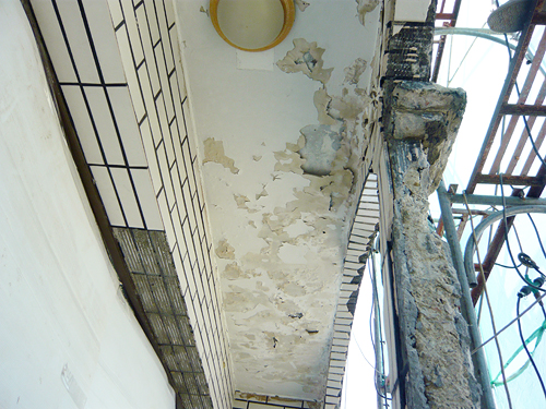 陽台原貌:嚴重的壁癌使得水泥塊剝落
