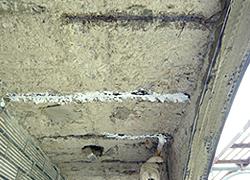 水氣滲入使的水泥和鋼筋分離而掉落-3C's塑鋼漿(台灣漿造工業有限公司)