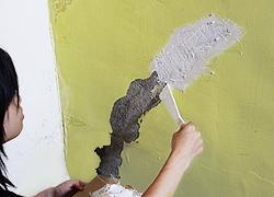 施作前,必須將壁癌清除乾淨,再進行修繕作業。-3C's塑鋼漿(台灣漿造工業有限公司)