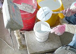 一次量多時,使用磅秤測量等量的A、B劑-3C's塑鋼漿(台灣漿造工業有限公司)