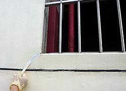 窗框附近易產生的拘束裂紋,使得水氣從外牆滲入內牆而產生壁癌!-3C's塑鋼漿(台灣漿造工業有限公司)
