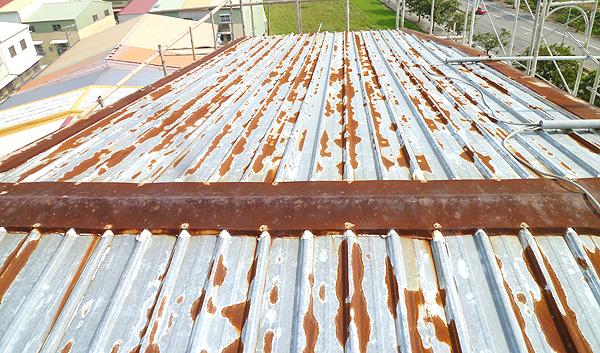 業主所居住透天厝原本的鐵皮屋頂鏽蝕的很嚴重,且悶熱異常,平常都做倉庫使用,打算將屋頂整理一番作為辦公室之用,因此首先需要解決悶熱的問題,故而計劃以積層殼構工法加固鐵皮屋頂後,再按裝水路管線及施做水池,使得原有的鐵皮屋頂以水泥覆蓋來阻隔熱源並利用循環水流來降溫並保養水泥之用。